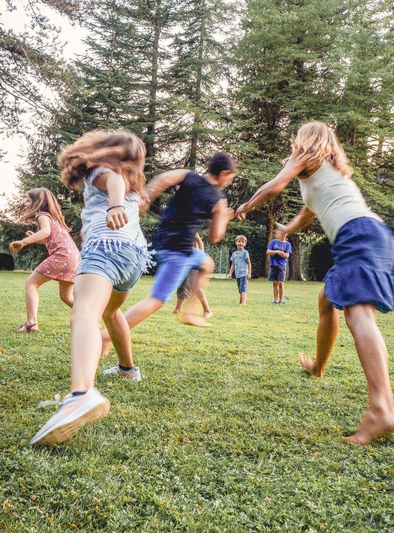 Kinder toben und spielen