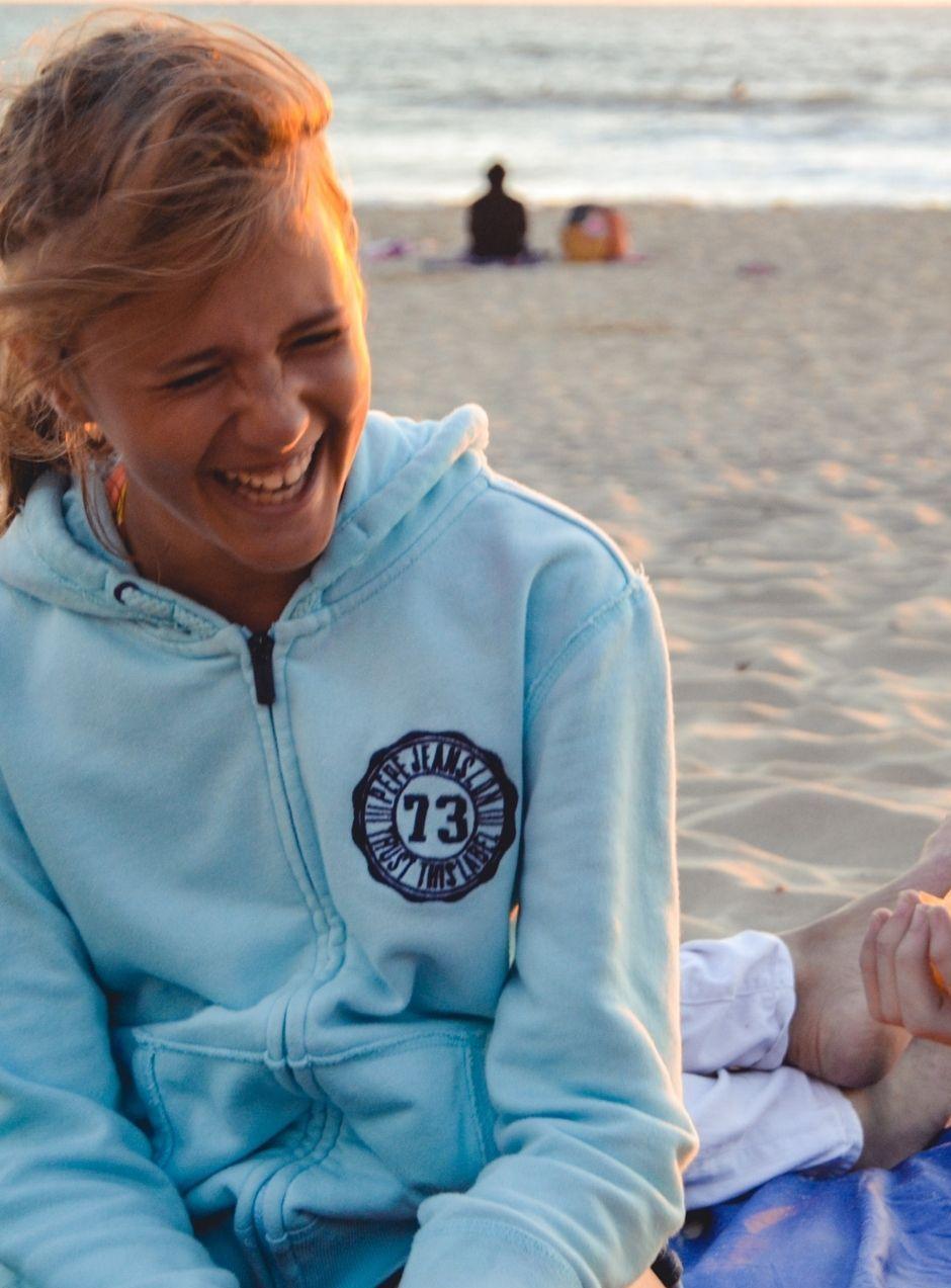Lachendes Mädchen am Strand